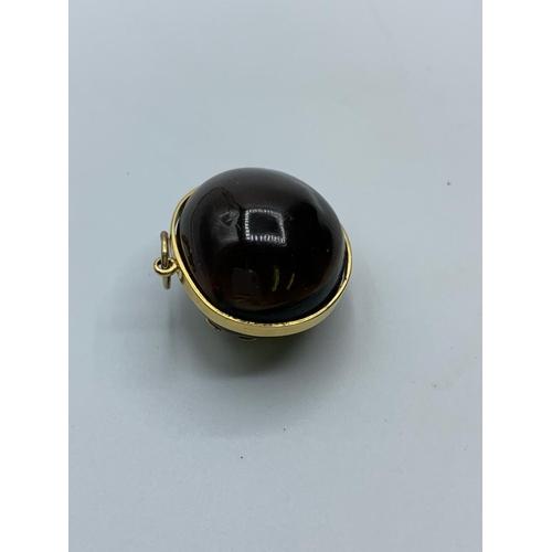 523 - 18ct gold scorpion pendant, 7.1g weight and 2.5cm diameter