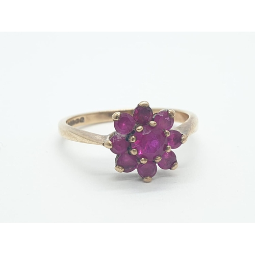 595 - 9CT Y/G RED STONE CLUSTER RING, WEIGHT 2.3g AND SIZE O