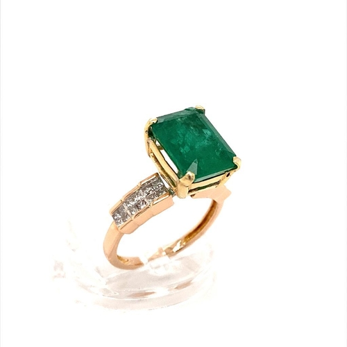 41 - 14ct gold ring with 4.48ct centre green emerald stone, and further 0.43ct princess cut diamond shoul...