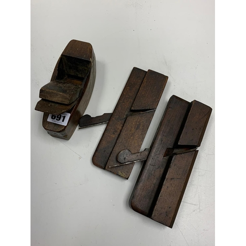 691 - 3 x Antique wooden craftsman's PLANES.