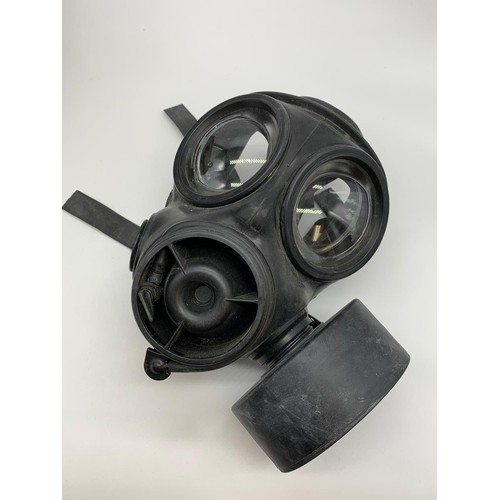 727 - A British army issue gas mask in original camouflage knapsack, size 30x24cm