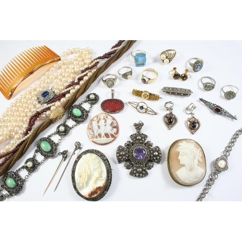 1652 - A QUANTITY OF JEWELLERY IN A JEWELLERY BOX including a carved shell cameo depicting The Three Graces...
