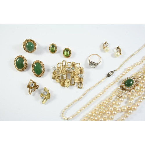 1664 - A QUANTITY OF JEWELLERY including a three row graduated cultured pearl choker with green stone and c...