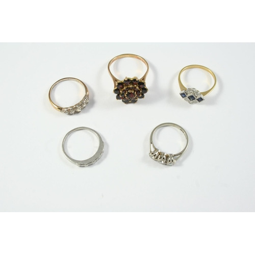 1681 - FIVE ASSORTED GOLD AND GEM SET RINGS including a diamond three stone ring, set in white gold and pla...