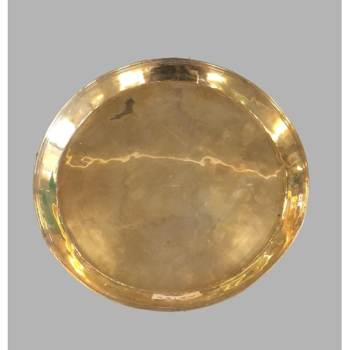 2213a - AN EARLY 18TH CENTURY BRASS DISH. An English brass dish of circular form with raised rim with incise...