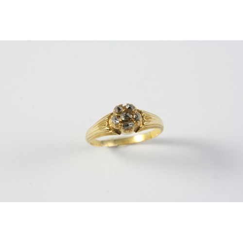 1252 - A CONTINENTAL EARLY 18TH CENTURY DIAMOND RING mounted with a cluster of diamonds, in yellow gold. Ci...