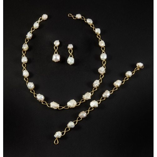 1402 - A BAROQUE PEARL AND GOLD NECKLACE BY TIFFANY & CO. the yellow gold necklace mounted with graduated b...