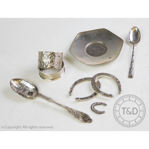 22 - A selection of 20th century silver, comprising: a near pair of novelty silver horse shoes, Francis H...