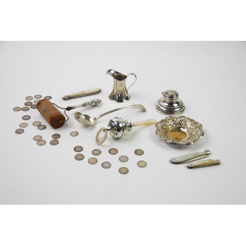 28 - A selection of early 20th century and later silver items, to include an Edwardian silver cream jug, ...