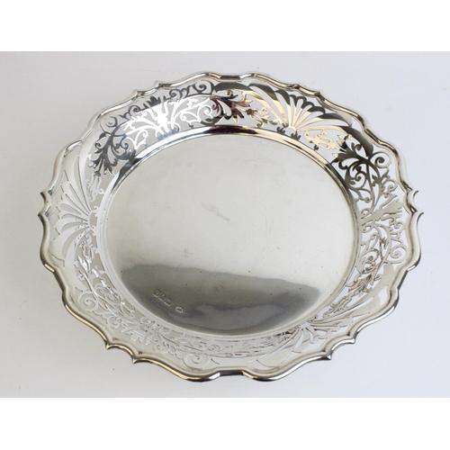 55 - An Edwardian silver bonbon dish by Sibray, Hall & Co Ltd, London 1909, with pierced decoration to pi...