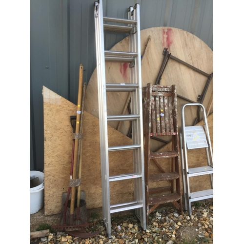 52 - ALUMINIUM TRIPLE LADDER (6'8'' CLOSED/15'6'' EXTENDED)