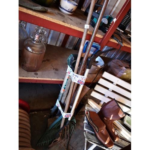 40 - Bundle of garden tools inc rake, spade, hoe etc...