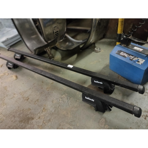 280 - PAIR ROOF BARS HALFORDS ADJUSTABLE TO FIT MOST CARS