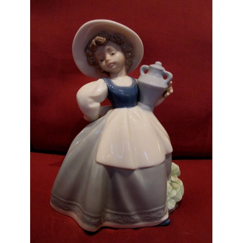 20A - LLADRO (Nao) 17cm FIGURINE OF A GIRL WEARING A BONNET And CARRYING A TWIN HANDLED URN...