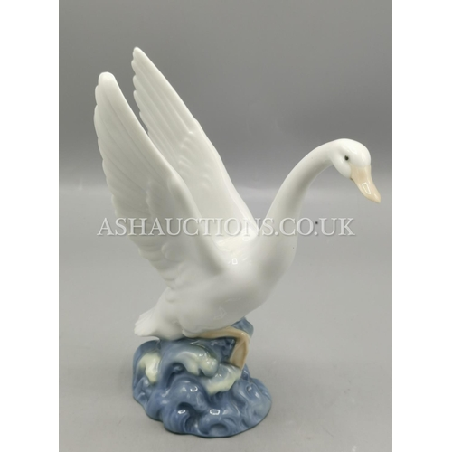 25A - LLADRO (Nao) Large MODEL OF A GOOSE...