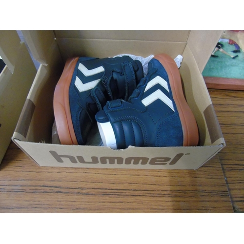 18 - A pair of new Hummel child's shoes size 27....