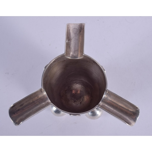 1143 - AN UNUSUAL STYLISH SILVER ASHTRAY. 75 grams. 9 cm wide....