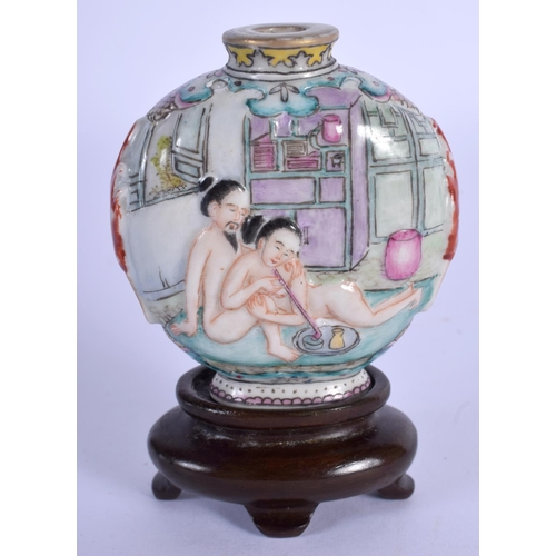 1542 - A 19TH CENTURY CHINESE FAMILLE ROSE PORCELAIN SNUFF BOTTLE Daoguang mark and period, Qing, painted w...