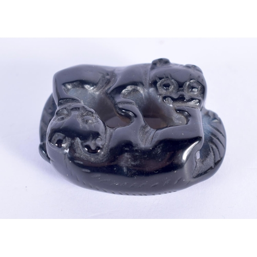 1709 - AN UNUSUAL EARLY 20TH CENTURY CHINESE CARVED AGATE FIGURE OF CATS Late Qing. 3.5 cm x 3 cm....
