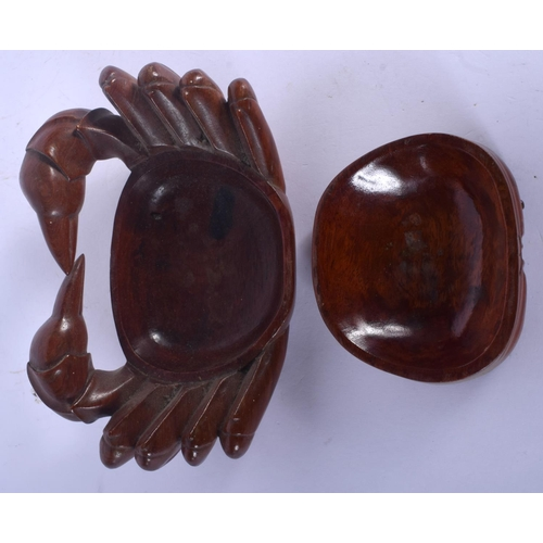 1764 - AN EARLY 20TH CENTURY CHINESE CARVED WOOD BOX AND COVER in the form of a crab. 19 cm x 12 cm....