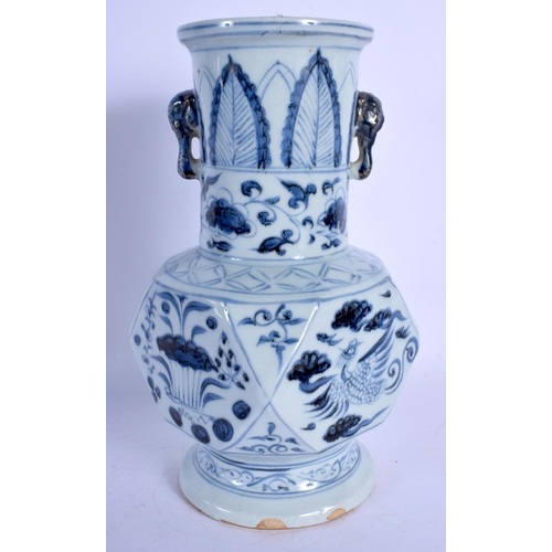 1770 - A CHINESE BLUE AND WHITE PORCELAIN VASE 20th Century. 25 cm high....