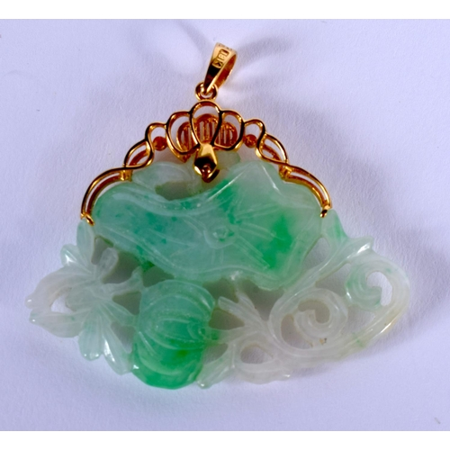 2033 - AN EARLY 20TH CENTURY CHINESE 18CT GOLD MOUNTED JADEITE PENDANT Late Qing/Republic. 4 cm x 2 cm....
