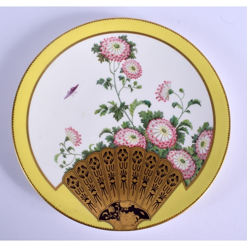 252 - AN AESTHETIC MOVEMENT PORCELAIN PLATE painted with fans. 20.5 cm diameter....