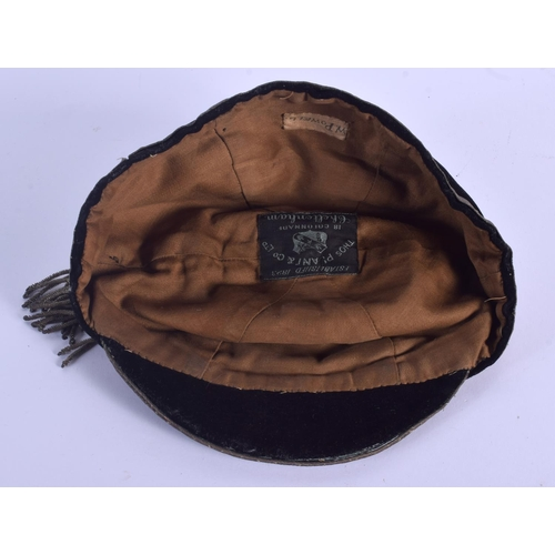 592 - AN EDWARDIAN SPORTING CAP C1908-09. 21 cm wide....