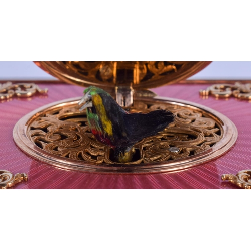 931 - A VERY UNUSUAL 14CT GOLD AND ENAMEL AUTOMATON SINGING BIRD BOX overlaid with gold swags and vines. 6...