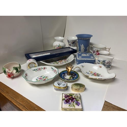 10 - 18 miscellaneous pieces of decorative china including Noritake Ring Finger, 2 Wedgwood blue and whit...