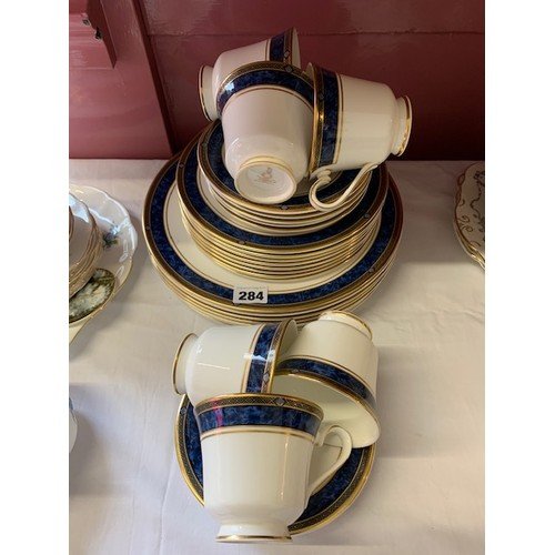 284 - 32-pieces Royal Doulton 'Stanwick' dinner ware (seconds)