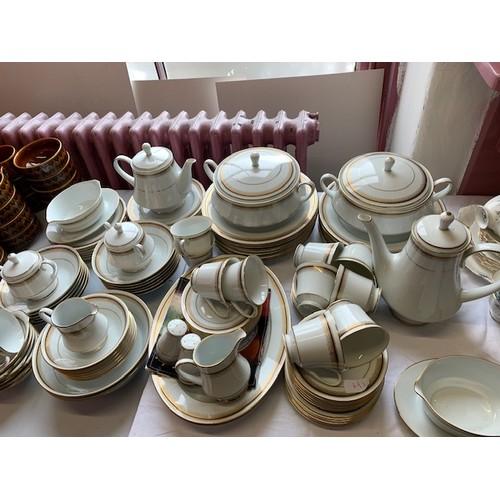 286 - 102-pieces Noritake 'Doral' tea/dinner ware(excellent condition)