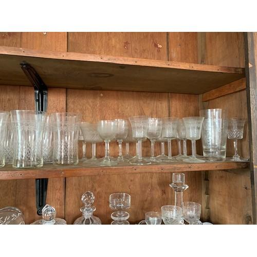 277 - Shelf of assorted glassware