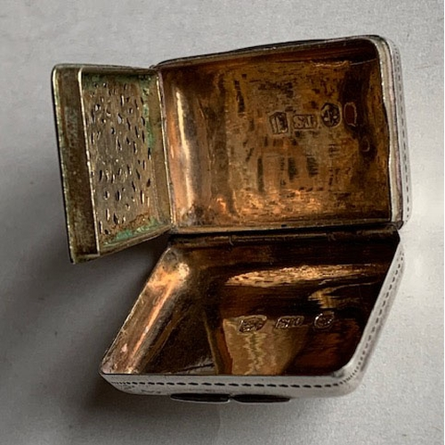 144B - George III attractive silver vinaigrette 3cms x 2cms, complete with sponge 13.37gms