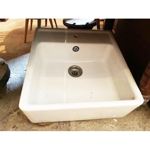 557 - Porcelain sink
