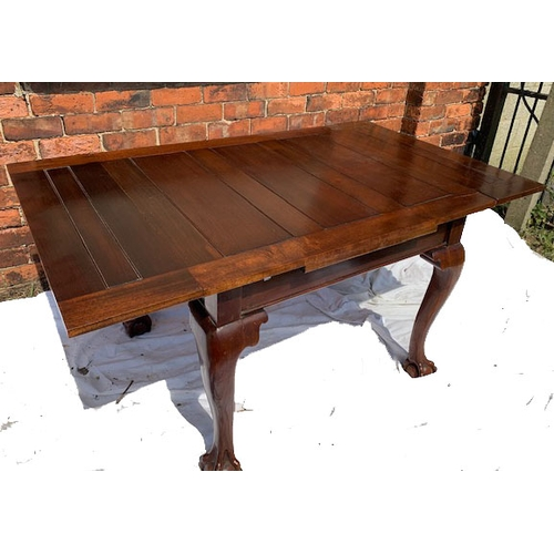 570 - Mahogany pull-out dining table with ball/claw feet, 39