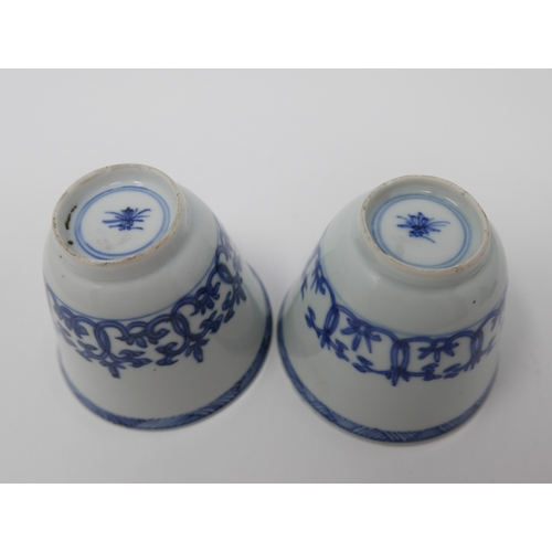 1009 - A pair of Chinese Kangxi period blue and white cups, floral design, H.7cm Diameter 8cm...