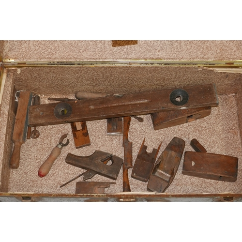 186 - A collection of vintage tools to include a spirit level together with a green metal trunk...