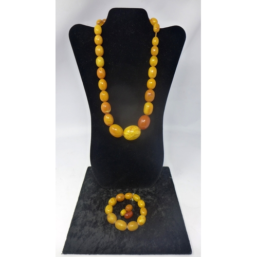 1001 - An antique Chinese amber bead necklace composed of twenty-seven polished graduated beads, 98g, L: 57...