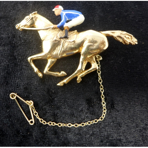 1019 - A boxed 9ct yellow gold and enamelled horse and jockey brooch with 9ct yellow gold safety chain, 9.1...