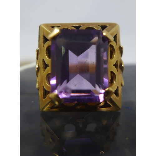 1037 - An Art Deco 14ct yellow gold and amethyst ring, centrally four claw-set with a stepped-cut, rectangu...