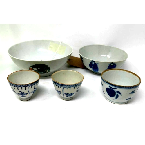 42 - A collection of five 19th century Chinese porcelain items to include two bowls and three blue and wh...