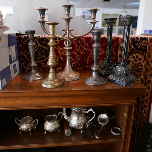 342 - A collection of silver plated items, to include a circular tray, a teapot, candlesticks, napkin ring...
