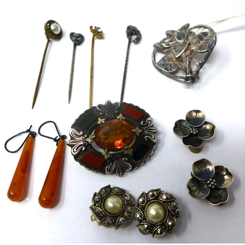 1130 - A small collection of antique jewellery to include an Art Nouveau floral brooch 3.5 x 3cm, a Scottis...