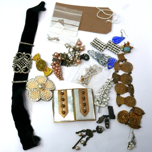 64 - A collection of vintage and antique costume jewellery to include a gilt metal watchgut bracelet and ...