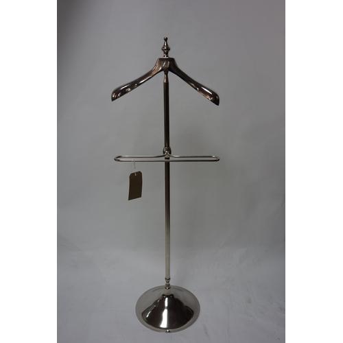 320 - A contemporary chrome vallet, H.130cm...