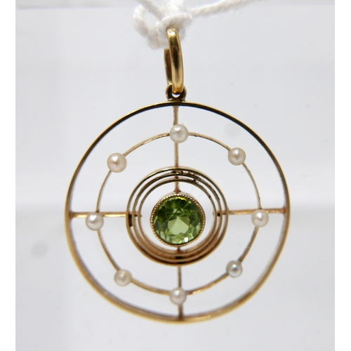 1136 - A 9ct yellow gold, Edwardian circular, peridot and pearl pendant to a yellow gold pendant loop, 2.5c...