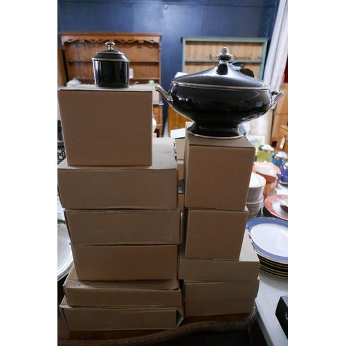 1219 - Legle Limoges – Black porcelain/platinum collection: 1 large tureen and cover, 18 large dinner plate...