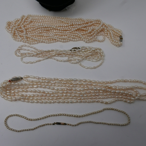1082 - Five pearl strand necklaces, L: 34cm, 42cm, 40cm, 44cm and long five-strand example L: 85cm...