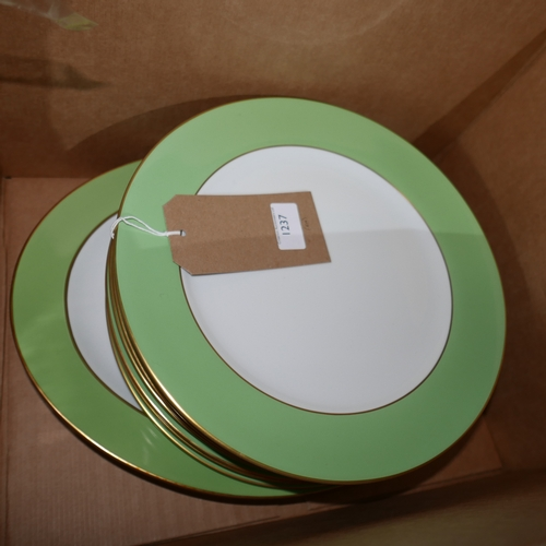 1237 - Legle Limoges - 8 porcelain large porcelain dinner plates in lime green Dia: 30cm and 18ct yellow go...